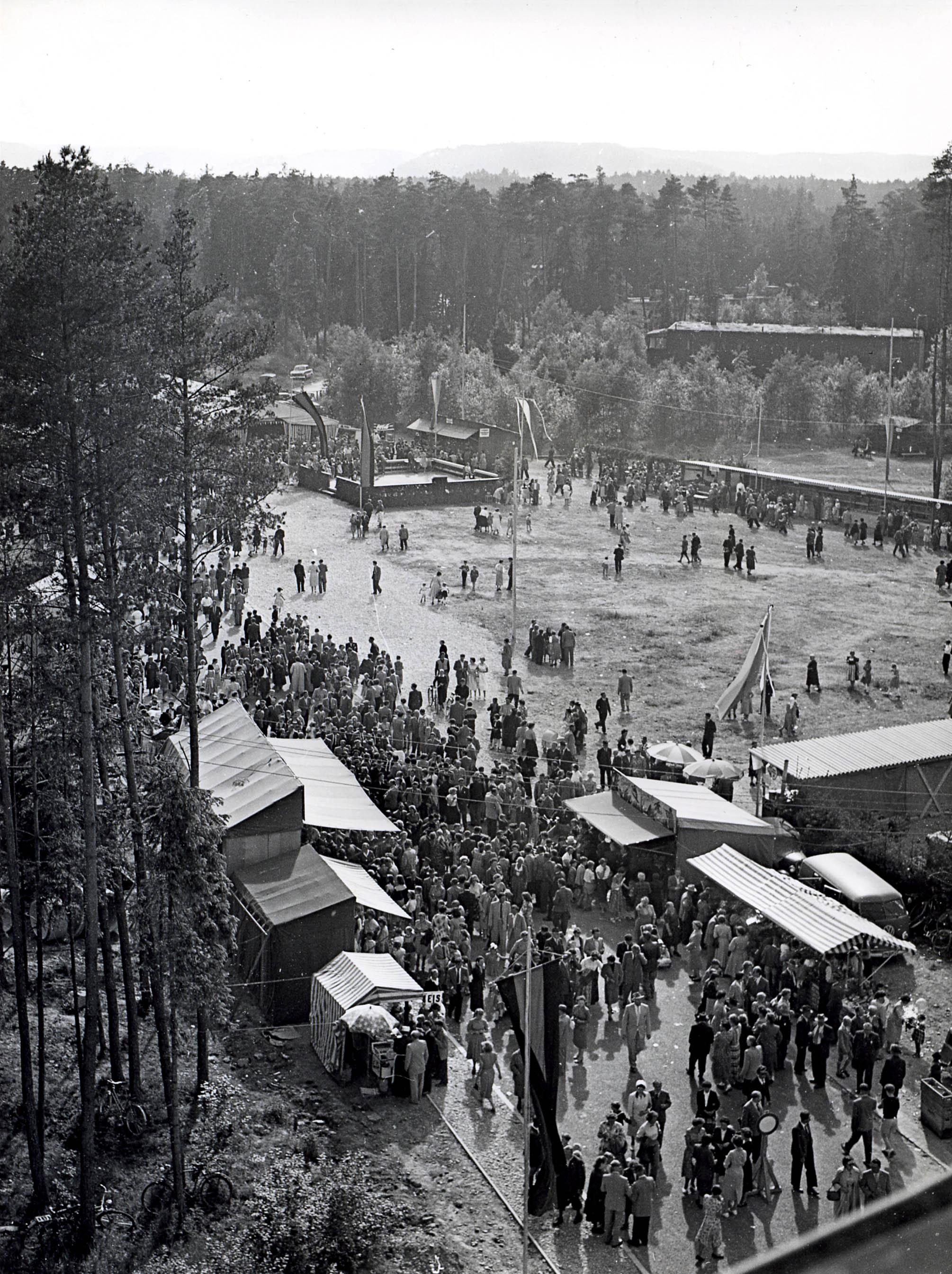 Foto des Vorläufer des Volksfestes 1955, Menschen feiern in Waldkraiburg