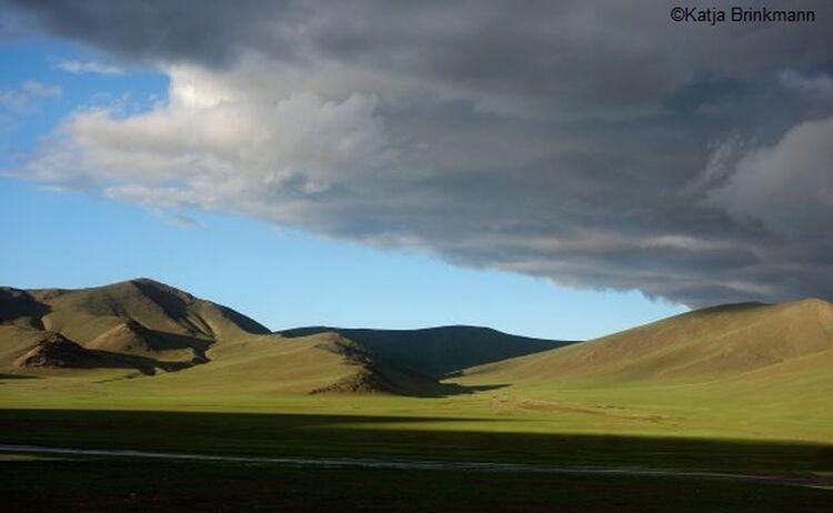 Foto Mongolische Steppe von Katja Brinkmann: Klick öffnet eine vergrößerte Ansicht