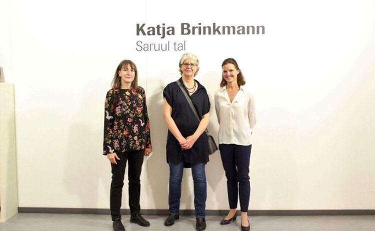 Galerieleiterin Elke Keiper,Künstlerin Katja Brinkmann und Kulturreferentin Lydia Partsch: Klick öffnet eine vergrößerte Ansicht
