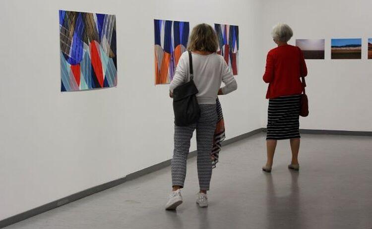 Zwei Besucherinnen in der Ausstellung: Klick öffnet eine vergrößerte Ansicht