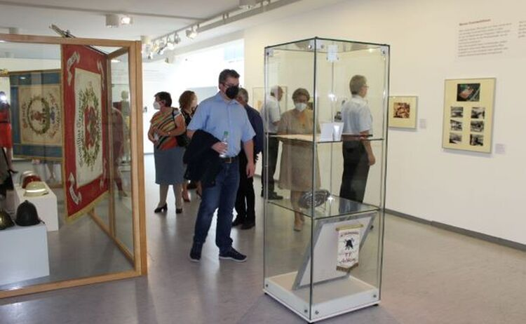 Ausstellungsbesucher, u.a. Daniel Baumgartner Korrdinatur Geschichtstage Lkr. Mühldorf: Klick öffnet eine vergrößerte Ansicht