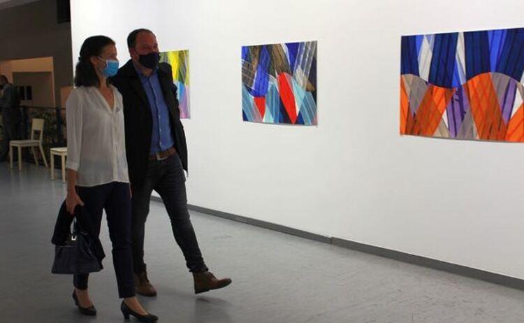 Besucher beim Rundgang durch die Ausstellung: Klick öffnet eine vergrößerte Ansicht
