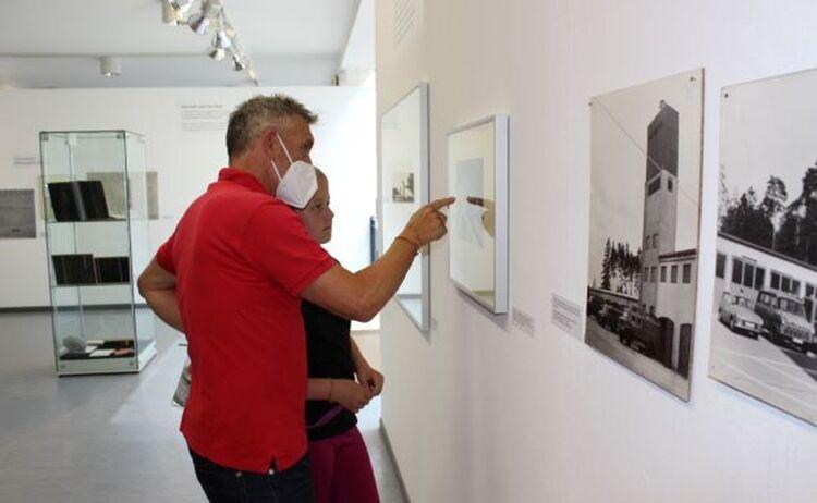 Norbert Meindl beim Betrachten alter Fotografien: Klick öffnet eine vergrößerte Ansicht