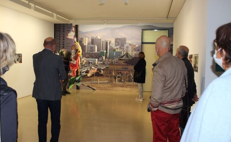 Gäste vor der Fototapete Motiv Ulaanbaatar Mongolei: Klick öffnet eine vergrößerte Ansicht