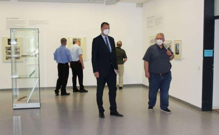 u.a. Stephan Mayer, MdB beim Rundgang durch die Ausstellung: Klick öffnet eine vergrößerte Ansicht
