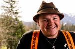 Künstler der addnfahrer mit Hut vor Bergpanorama