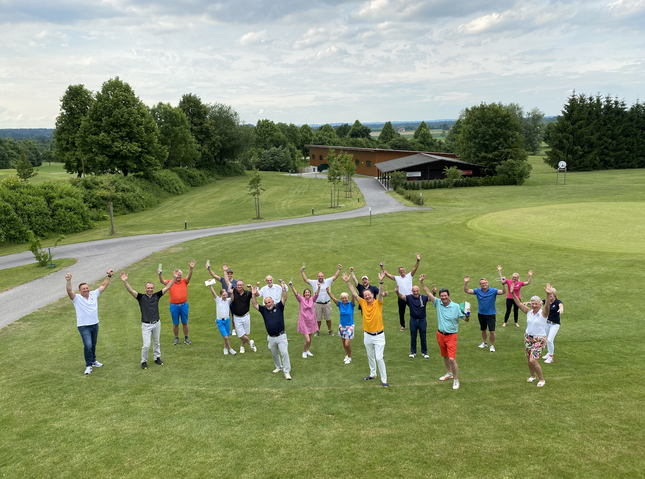 Alle Gewinner des 11. Golfcup auf einem Gruppenfoto auf dem Golfrasen