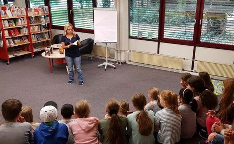 Autorin Susanne Knaus Liest Bei Einer Autorenbegegnung Im Haus Des Buches Kindern Vor