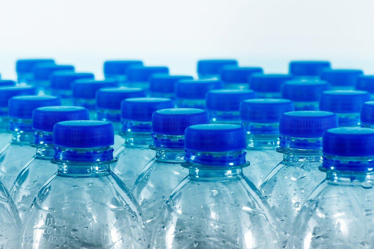 durchsichtige Palsikflaschen mit einem blauen Deckel
