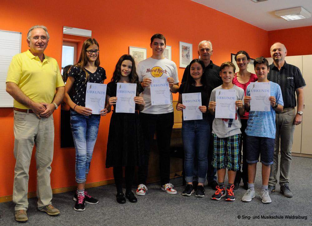 Die Prüflinge der D 1 und D2 Prüfung der Sing- und Musikschule bei ihrer Urkundenverleihung 2018