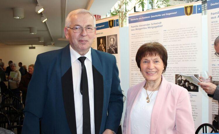 Zwei Besucher der Ausstellung Deutsche aus Russland : Klick öffnet eine vergrößerte Ansicht