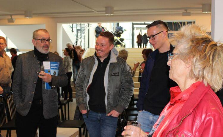 Besucher unterhalten sich bei der Ausstellung Deutsche aus Russland: Klick öffnet eine vergrößerte Ansicht
