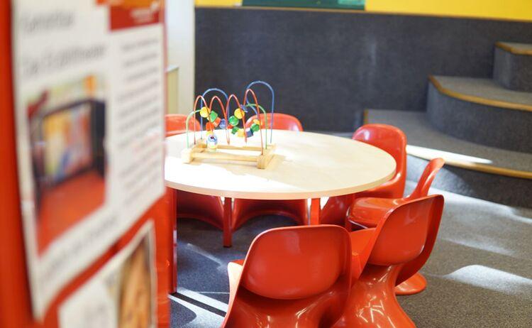 Die Spieleecke Fuer Die Kleinsten Mit Einem Tisch Stuehlen Und Einem Spielzeug