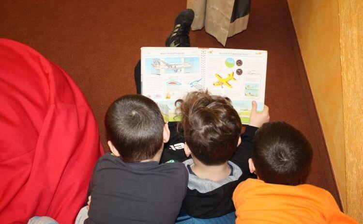 Drei Grundschulkinder Lesen Ein Buch Im Haus Des Buches