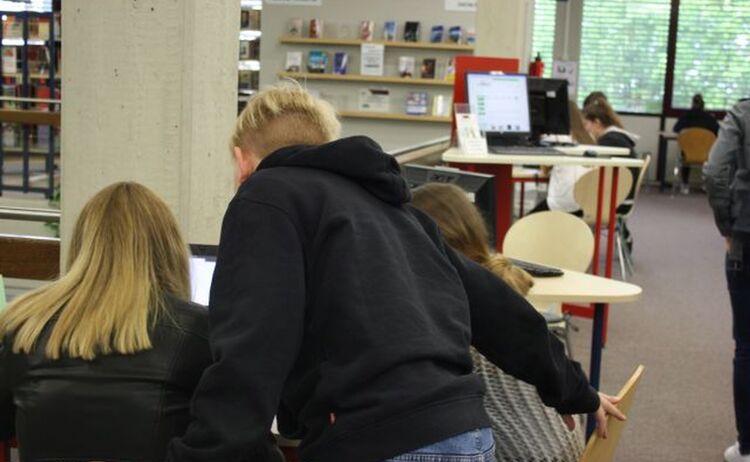 Drei Jugendliche Recherchieren An Einem Pc Arbeitsplatz Im Haus Des Buches