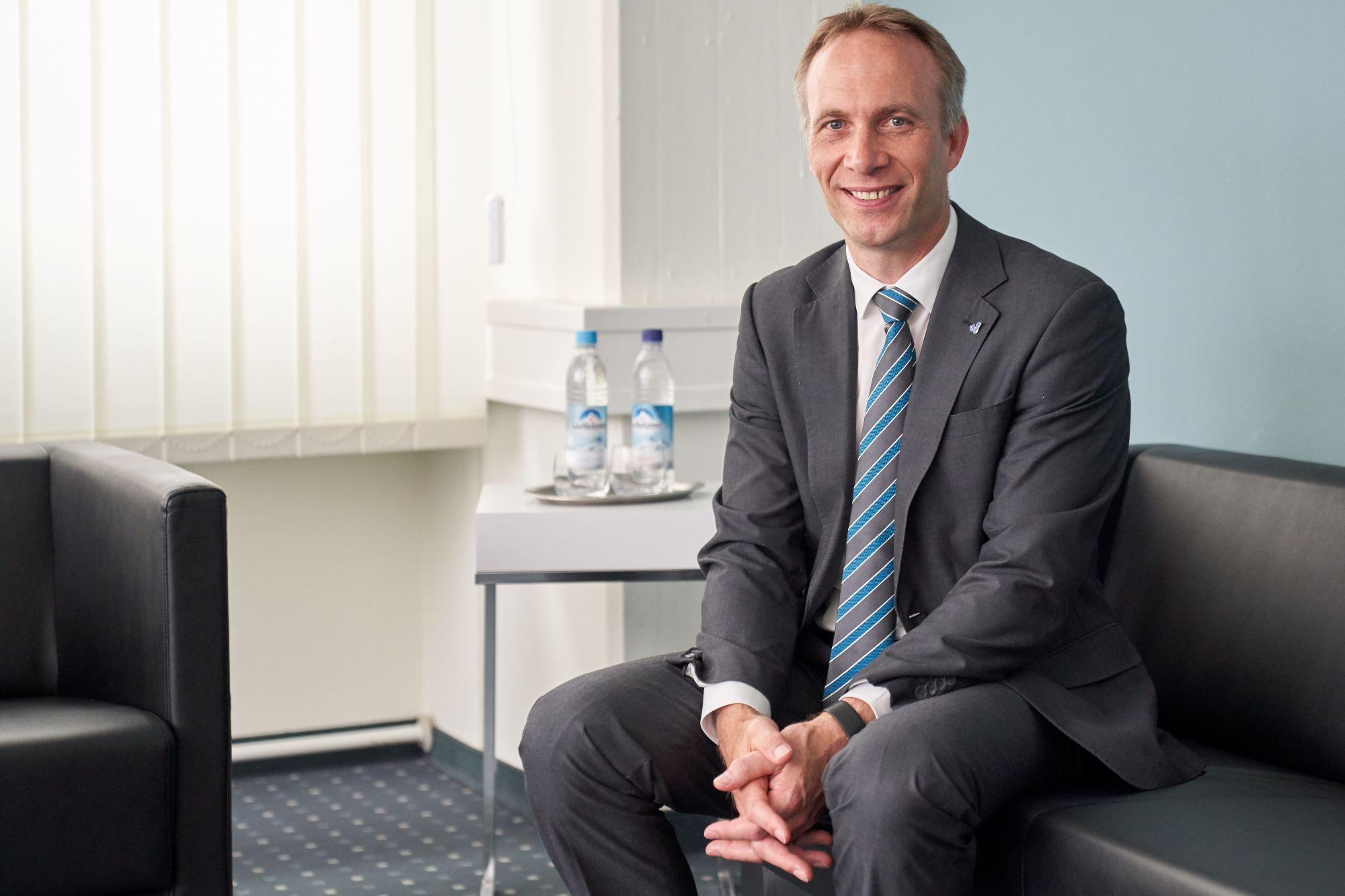 Bürgermeister Robert Pötzsch sitzt auf einem Sofa