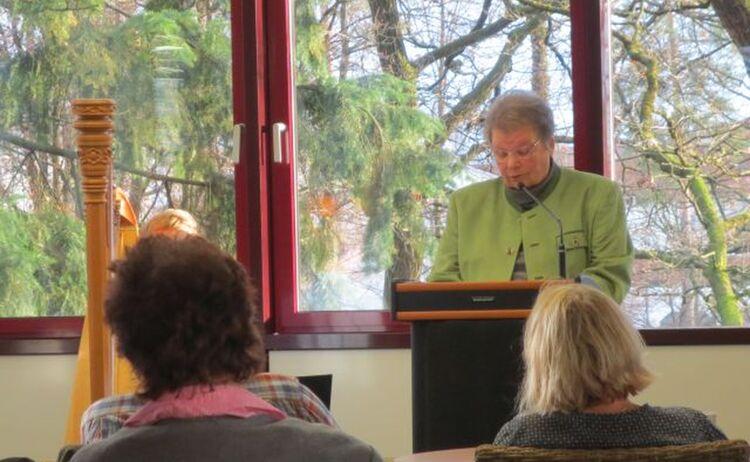 Eine Frau Bei Einem Vortrag Mit Zuhoerendem Publikum Im Haus Des Buches