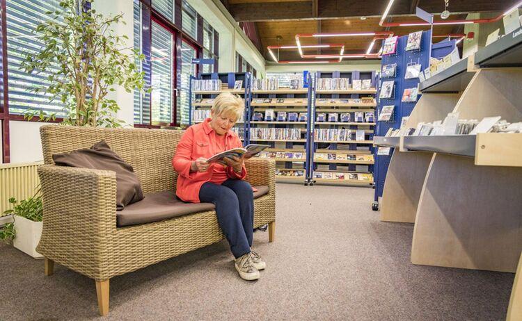 Eine Frau Sitzt Auf Einer Bank Im Film Und Musikbereich Im Haus Des Buches