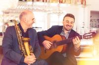 2 Musiker mit Gitarre und Saxophon