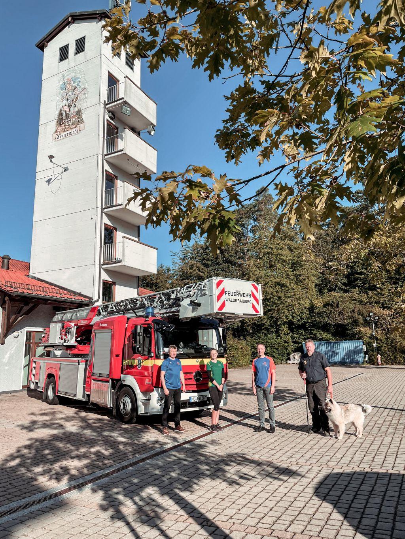 Feuerwehr Kommandant Bernhard Vietze, AOK Geschäftsstellenleiterin Regina Rasch, Erster Bürgermeister Robert Pötzsch und Kreisbrandmeister Anton Bruckeder stehen vor der Drehleiter der Waldkraiburger Feuerwehr