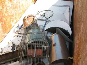 Container mit Innenansicht Metallschrott