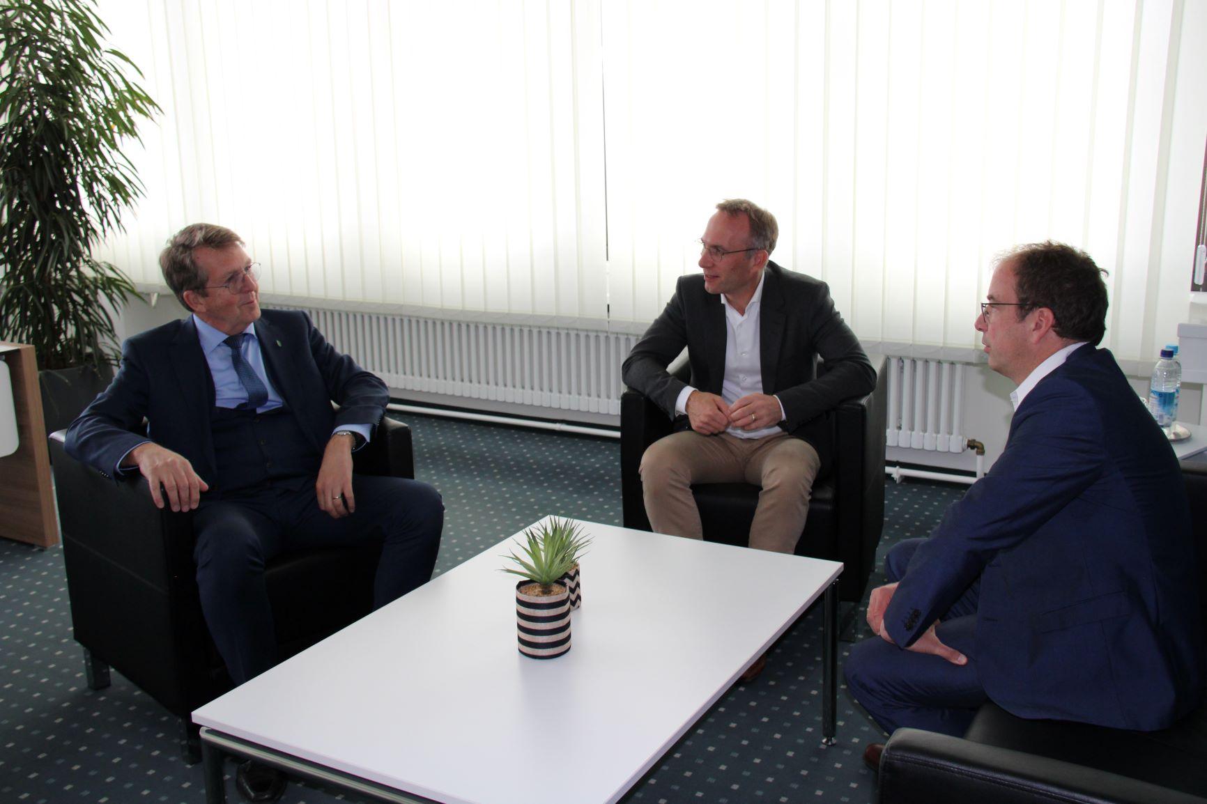 Erster Bürgermeister Robert Pötzsch im Gespräch mit Traunreuts Bürgermeister Klaus Ritter und dem Bürgermeister aus Geretsried Michael Müller im Rahmen des Schwesterstädtetreffens 2019
