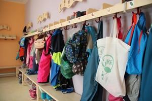 Garderobe der Kinder der Kita Kunterbunt
