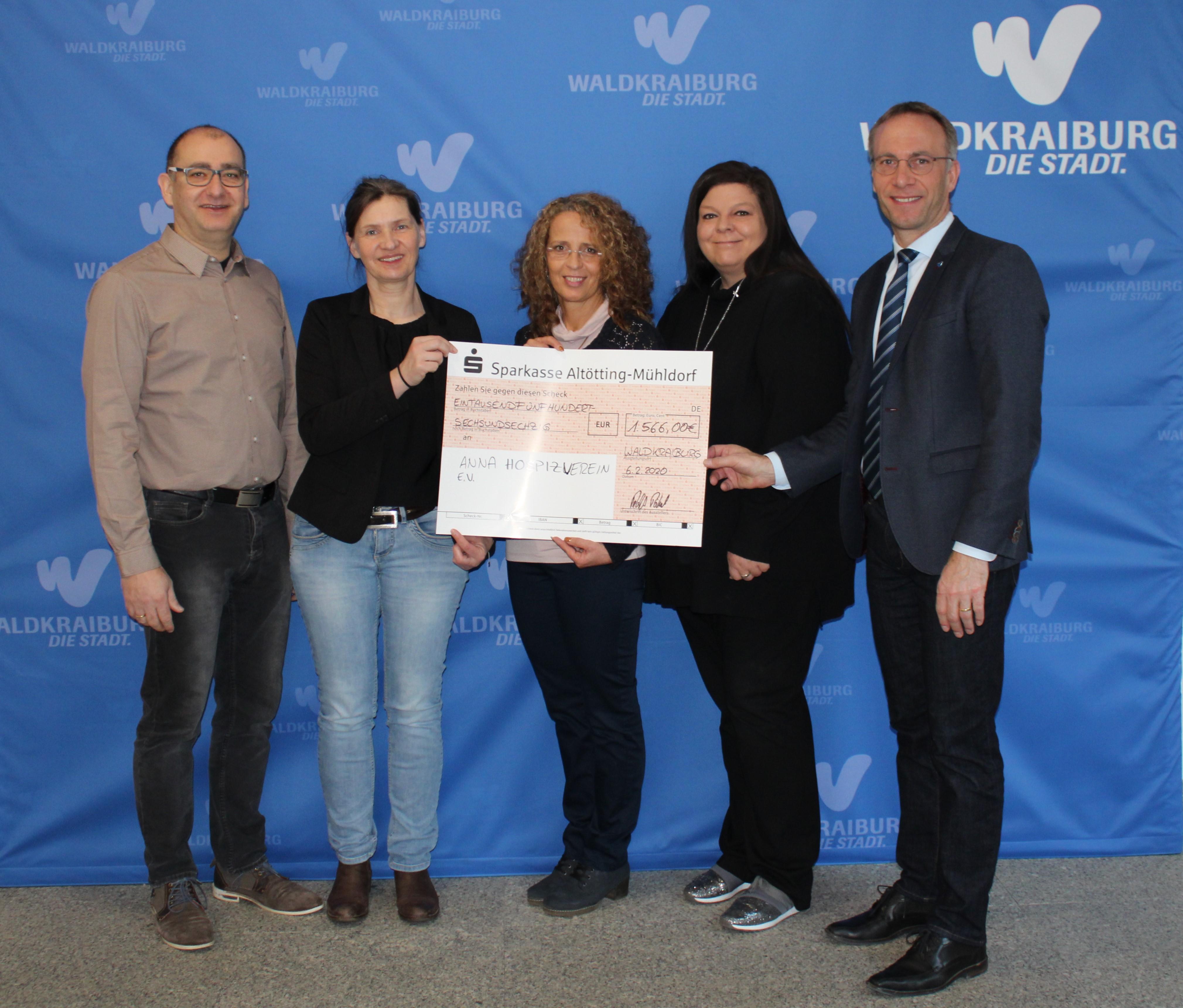 Erster Bürgermeister Robert Pötzsch, Alexandra Lausmann und Karin Bressel übergeben einen Spendencheck
