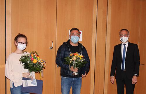 Bürgermeister Robert Pötzsch ehrt zwei Bürger für ihren Einsatz beim Brand am Stadtplatz