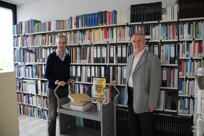 Stadtarchivar Konrad Kern erhält von Klaus Ertelt Werke aus Schlesien für das Archiv