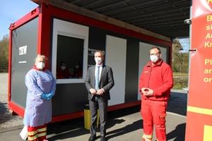 Bürgermeister Robert Pötzsch besucht gemeinsam mit Alexander Fendt von der DLRG das Testzentrum am Eisstadion