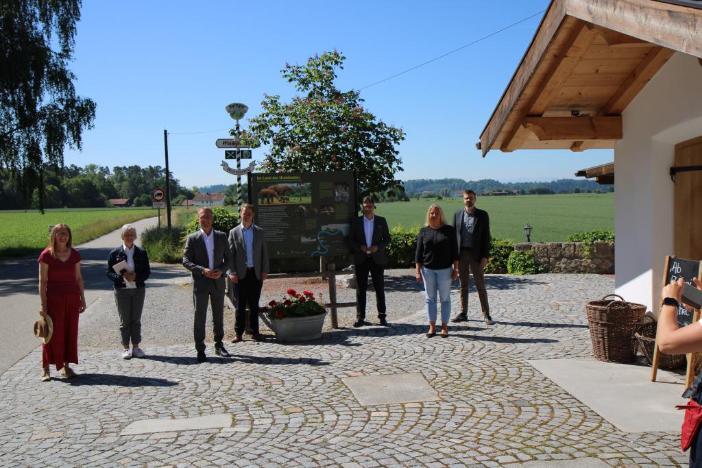 Bürgermeister Robert Pötzsch, Bürgermeister Michael Hetzl und Landrat Max Heimerl stehen vor der Infotafel an der Ebinger Alm