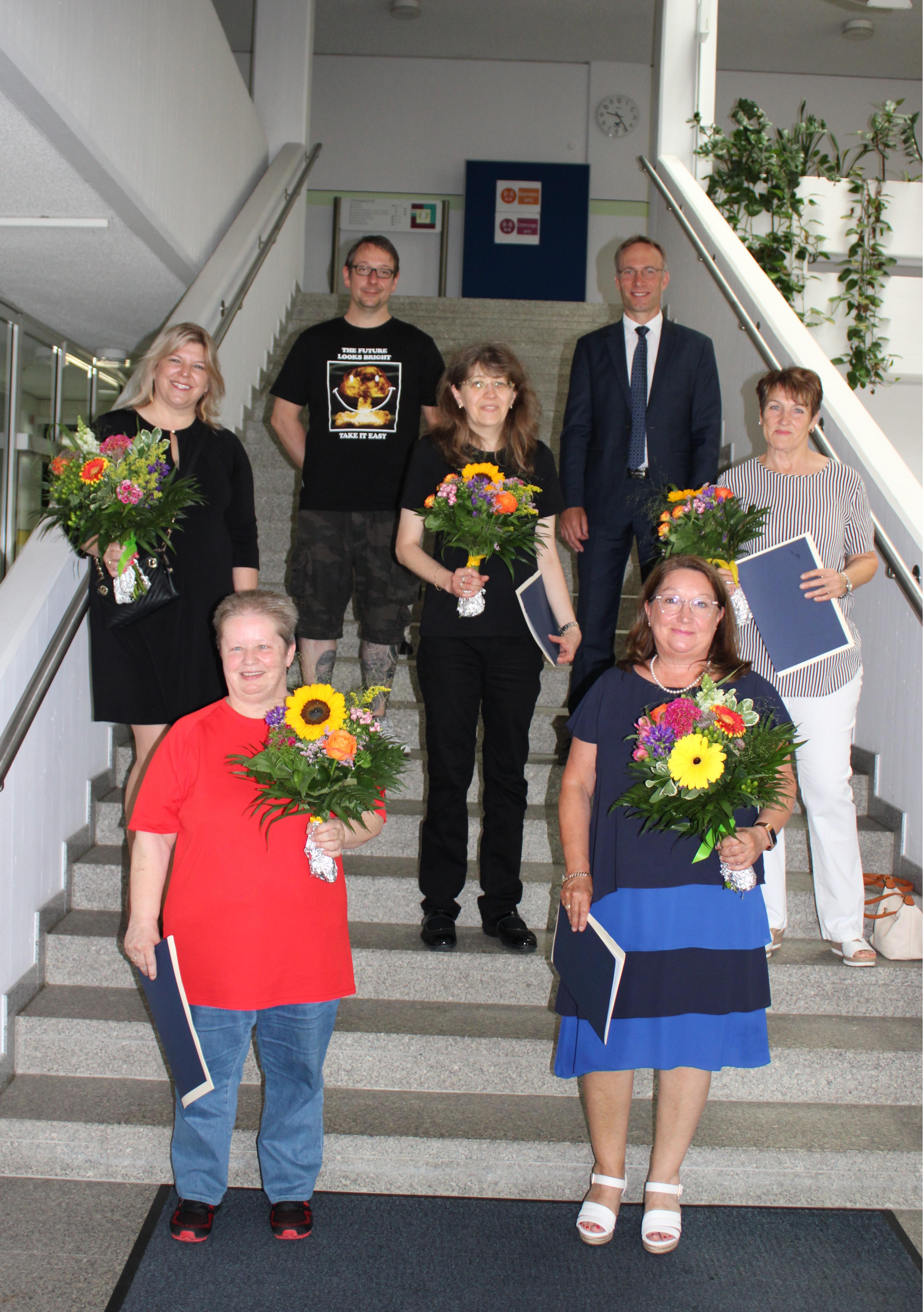 Die geehrten Mitarbeiter auf einem gemeinsamen Gruppenfoto mit Bürgermeister Robert Pötzsch