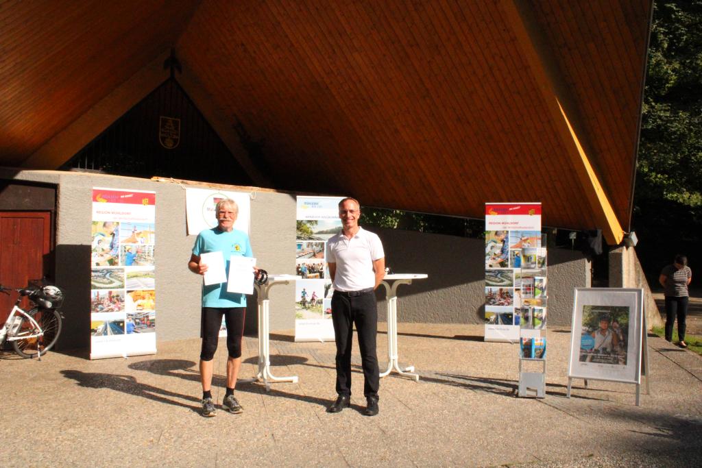 Michael Bartesch vom Reha-Sportverein nimmt den Preis für den ersten Platz in der Vereinswertung von Bürgermeister Robert Pötzsch entgegen