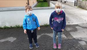 Kinder mit Maske: Tim (4) und Lea (7)
