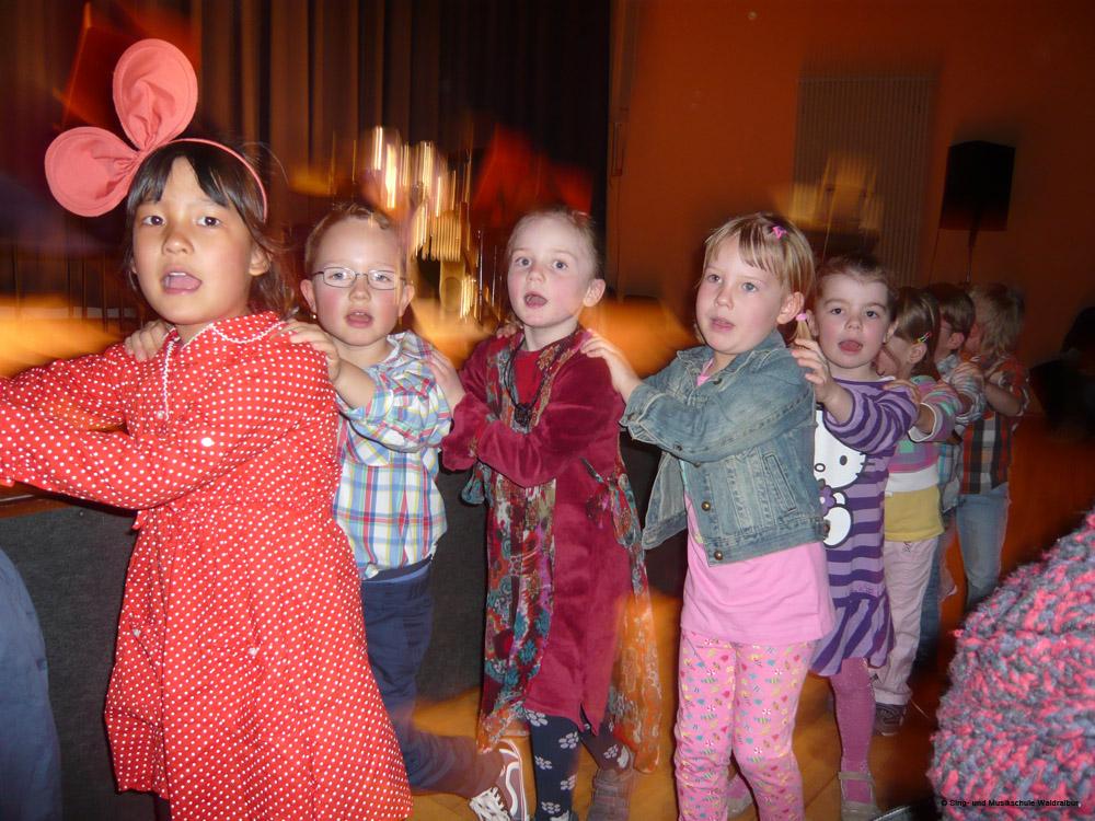 Kinder tanzen eine Polonaise