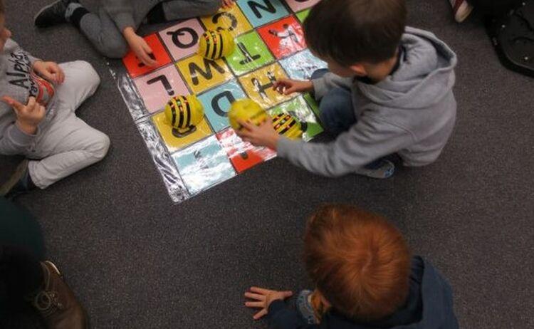 Kindergartenkinder Beim Spielen Mit Programmierbaren Bee Bots