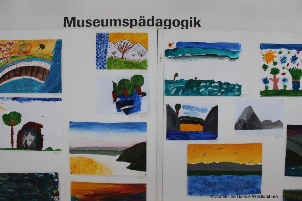 Stellwand mit Landschaftsmalerein von einem Museumsworkshop