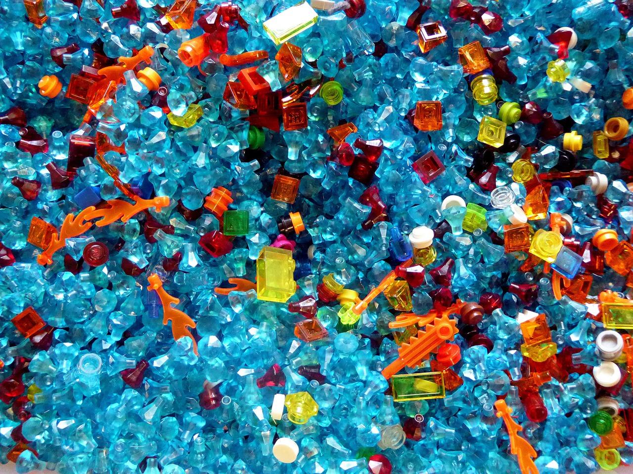 Plastik Spielsteine und Plastik Männchen in einem Eimer