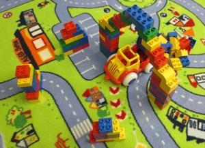 Bauwerke einer Lego-Duplo-Bau- und Spielestunde für Kindergartenkinder