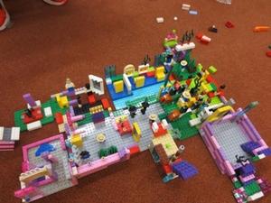 Kunstwerk, entstanden bei einer Lego-Bau-Stunde für Grundschüler