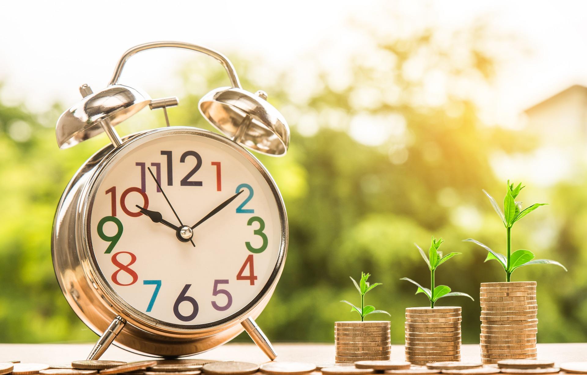 Symboldbild TVÖD, das eine Uhr und daneben drei Stapel mit Geldmünzen zeigt