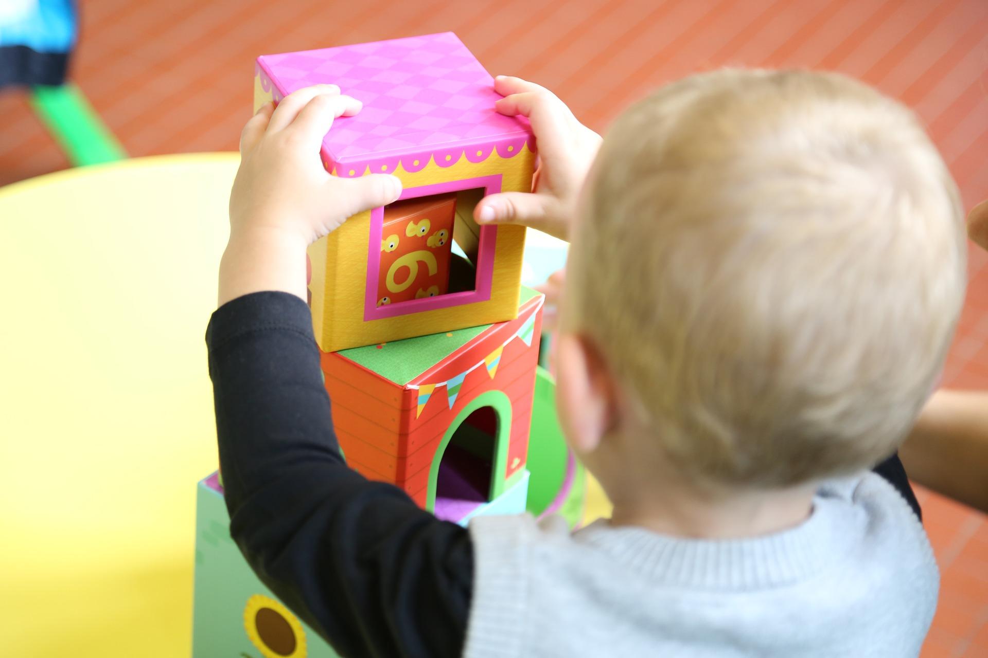 Ein Kind spielt mit Bauklötzen im Kindergarten