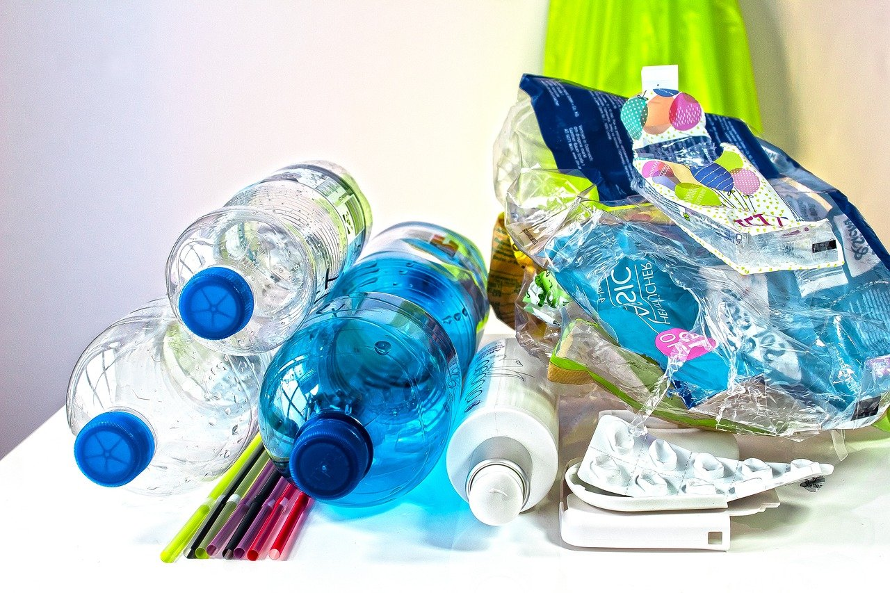 Müll, Plastik Flschen liegen am Tisch, Müllbeutel voller Plasikmüll