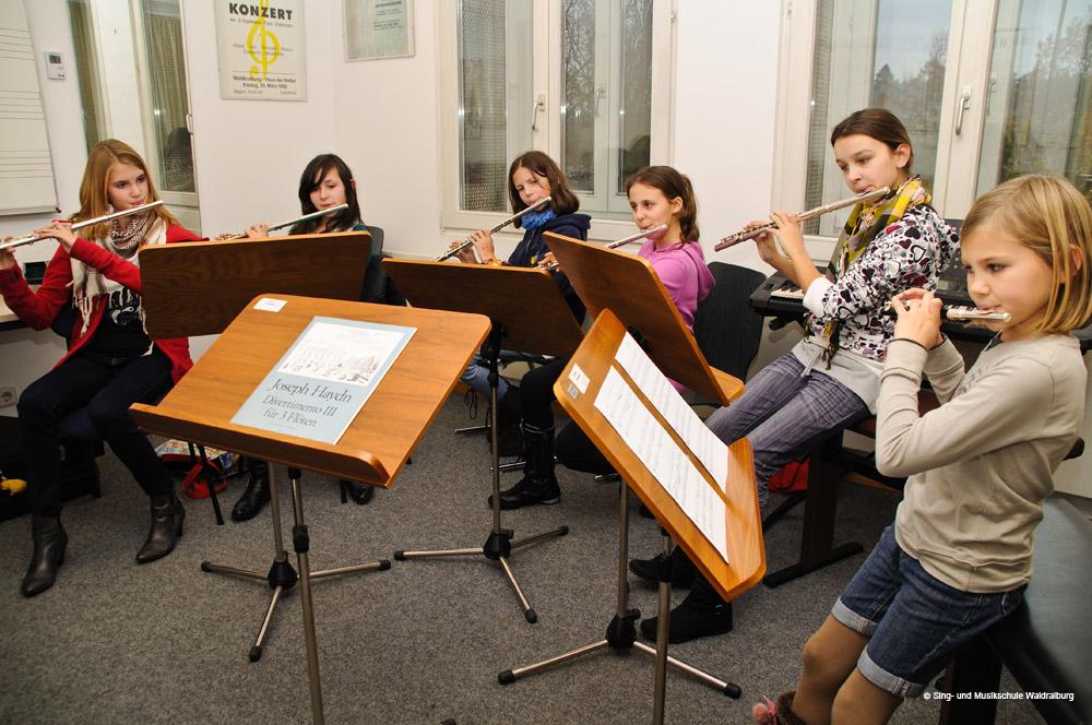 Ein Ensemble aus Kindern spielt Querflöte in der Sing- und Musikschule