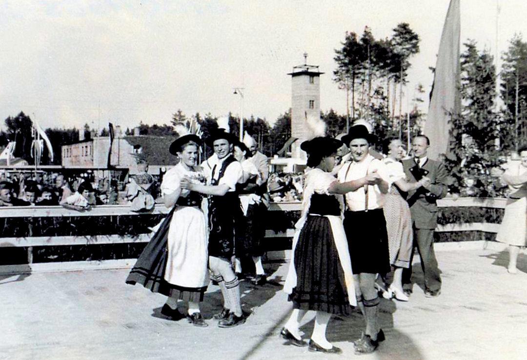 Feierlichkeiten 1955 mehrere Paare tanzen