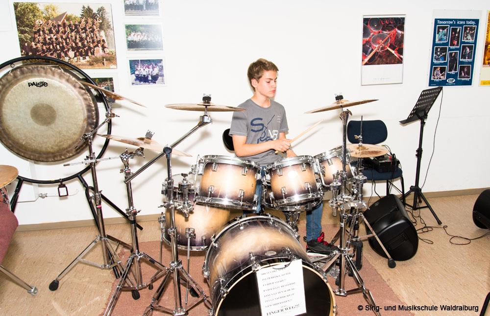 Ein Schüler spielt Schlagzeug in der Sing- und Musikschule