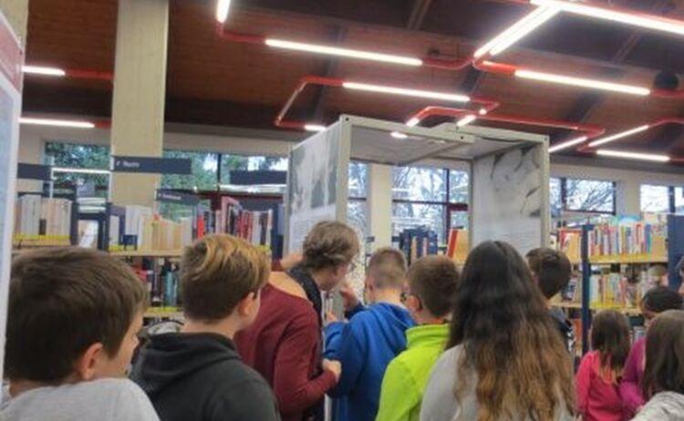 Schulklasse Bei Einer Fuehrung Durch Die Kreisbildungswerk Ausstellung Dialogtueren Im Haus Des Buches