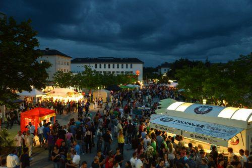 Menschen feiern auf dem Stadtplatz beim Stadtfest