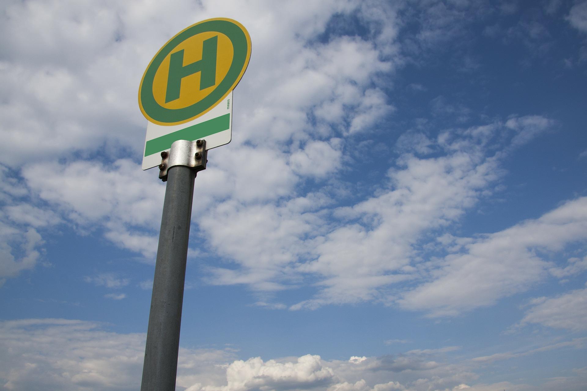 ein Haltestellenschild als Sinnbild für den Stadtbus